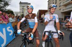 Romain Bardet a Pierre Latour v drese AG2R