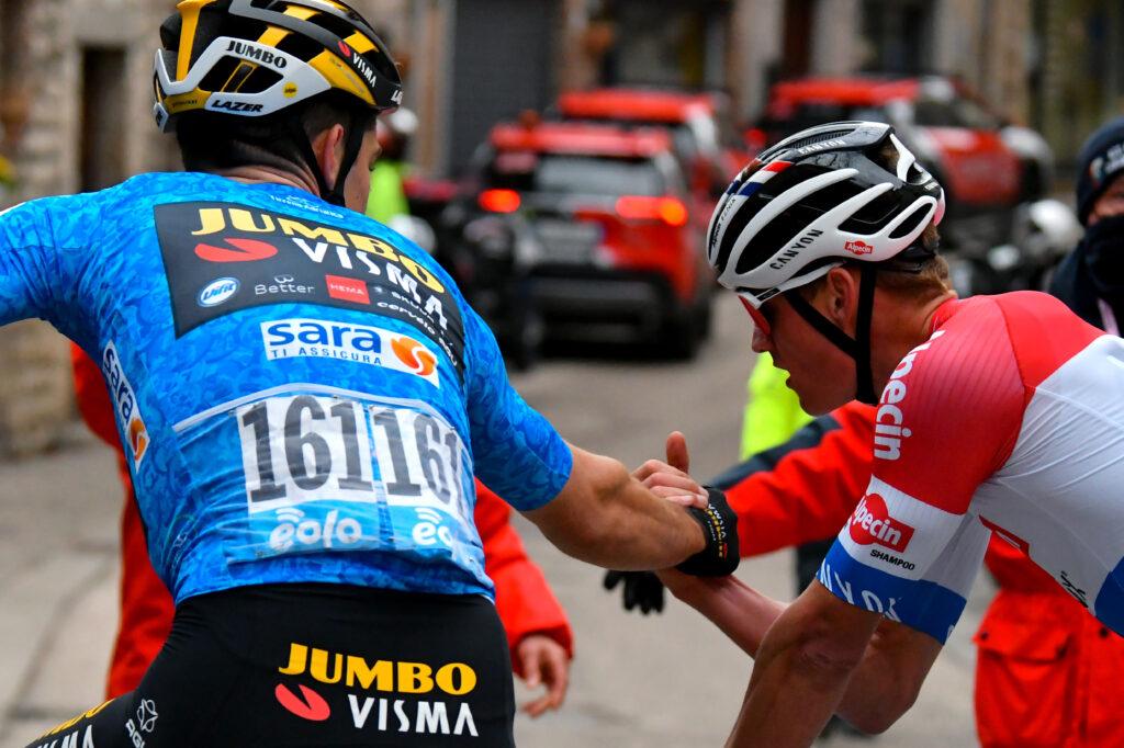 Wout van Aert gratuluje Mathieu van der Poelovi 3. etapa Tirreno - Adriatico 2021