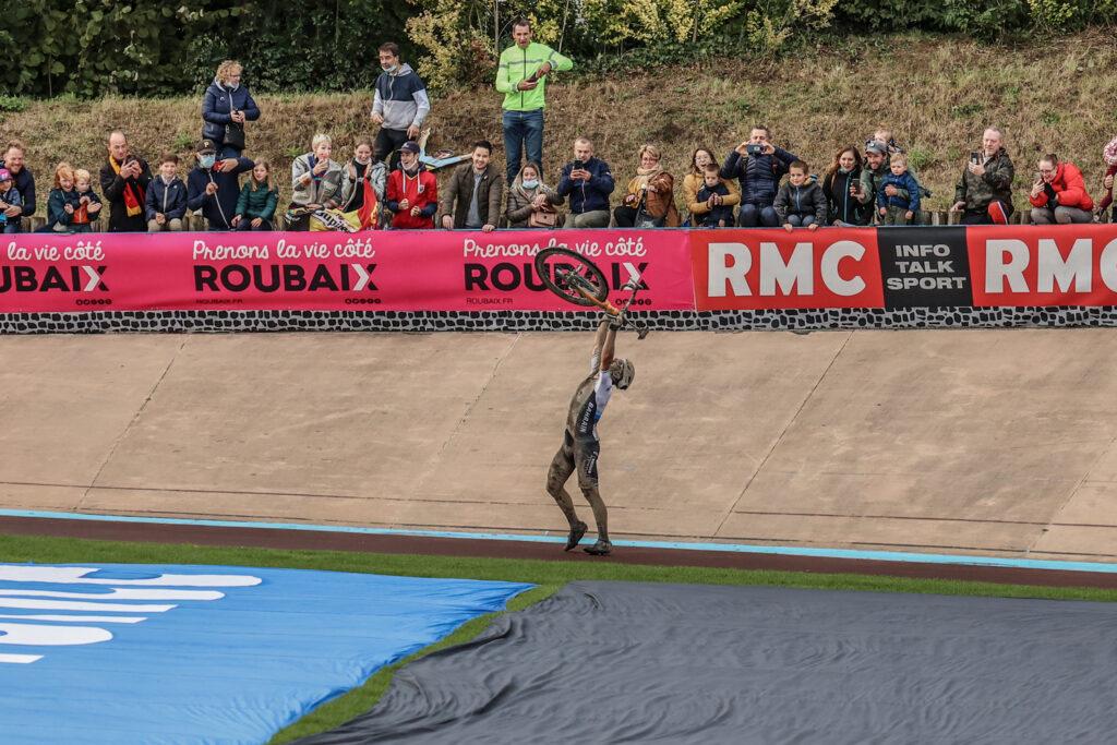 Sonny Colbrelli oslavuje na Paríž - Roubaix 2021